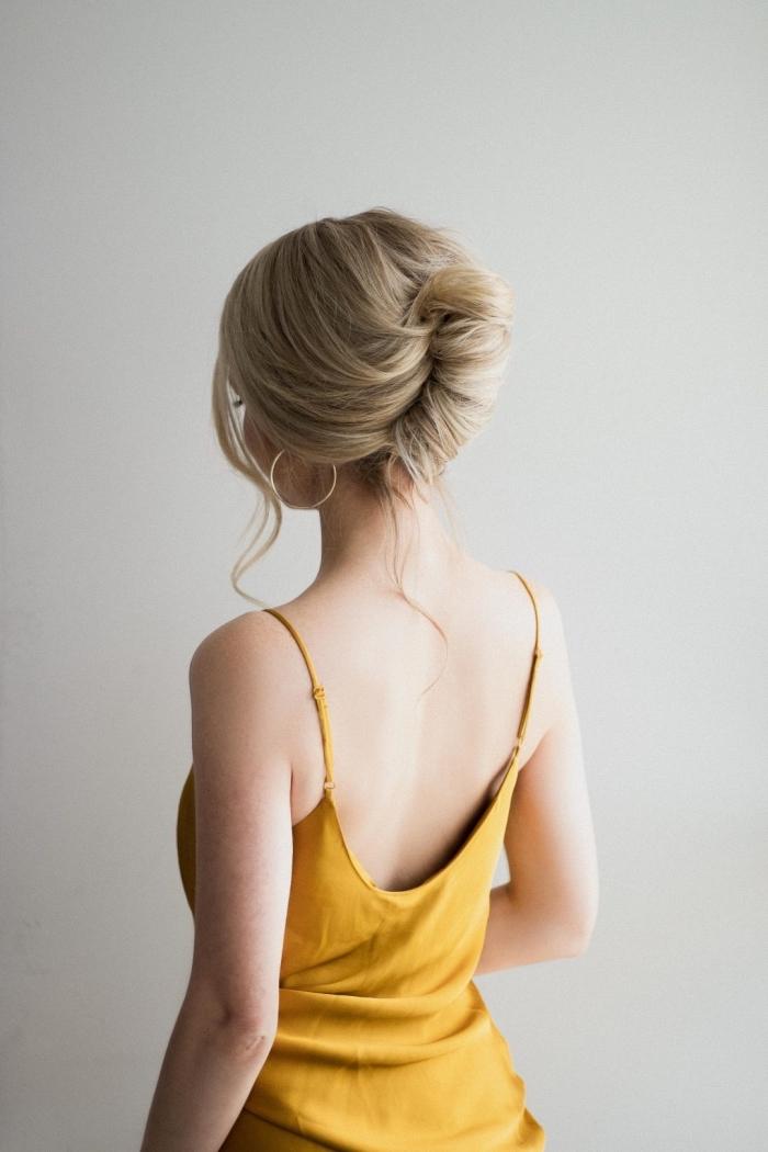 chignon flou élégant, coiffure chignon banane sur cheveux mi-long-blond avec quelques mèches détachées
