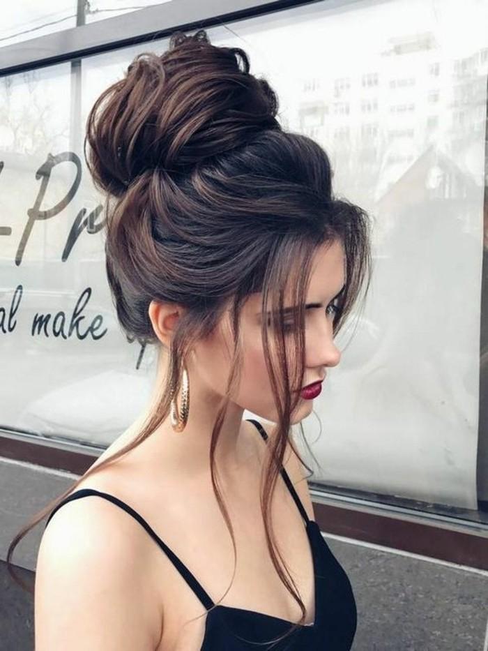 modele de chignon haut volumineux avec des mèches tombant des côtés du visage, modele coiffure boheme chic, chignon coiffé décoiffé