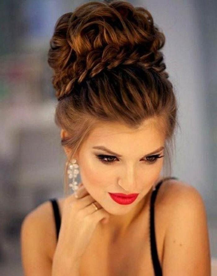 chignon haut avec tresse autour, modele de chignon boheme chic femme volumineux, coiffure de soirée originale