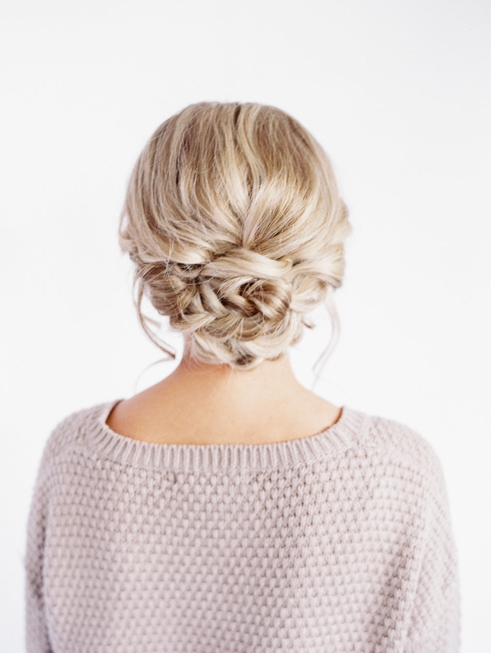 deux mèches libres autour d'un chignon bas tressé avec volume su le dessus, idée coiffure cheveux long élégante