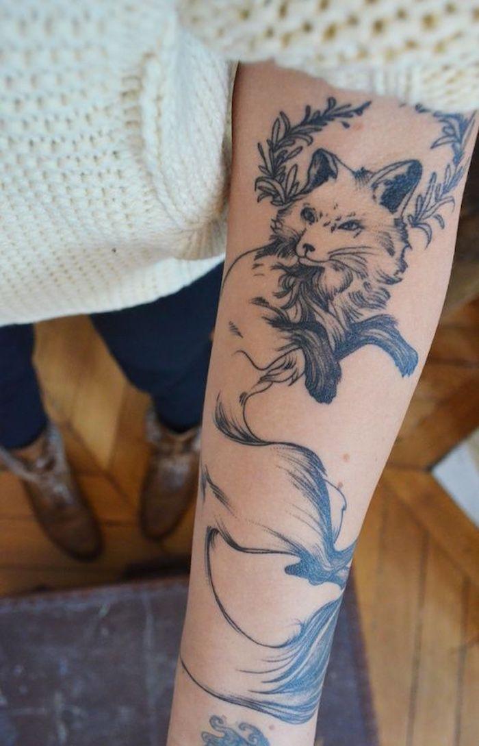 Beau dessin renard avec grande queue, idée de tatouage fleur, tatouage phrase, le plus beau tatouage du monde