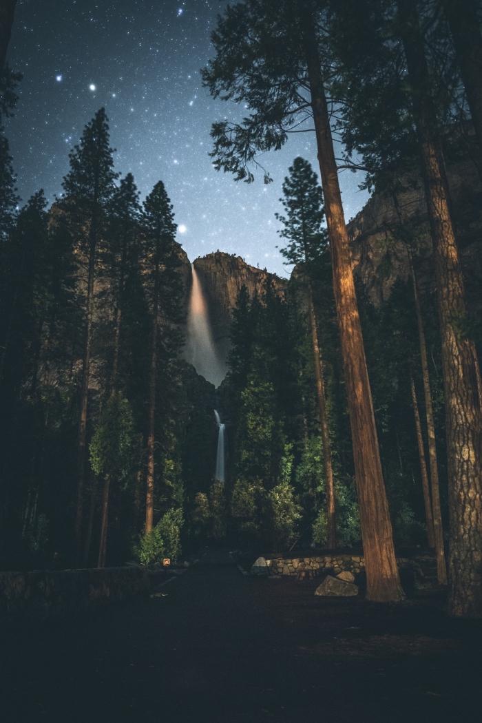 fon decran incroyable pour téléphone, idée wallpaper pour iphone avec paysage naturel nuit, photo magnifique nuit dans les montagnes