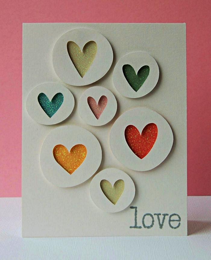 idée de carte anniversaire petite fille en papier blanc à motifs coeurs pailletés découpés