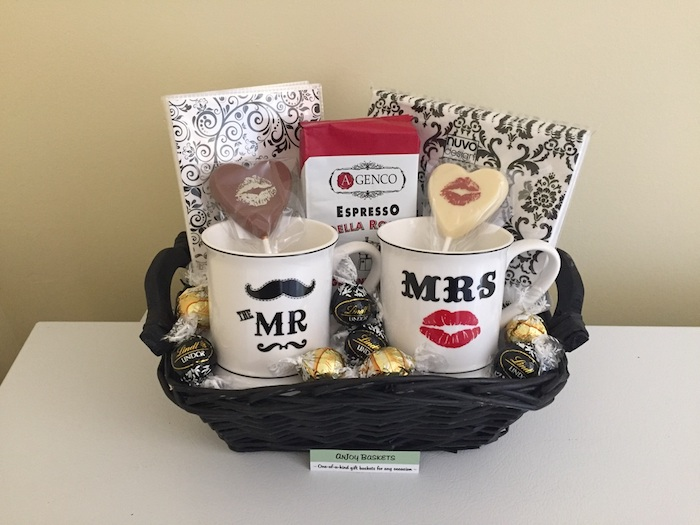 Coffret cadeau couple qui aime le chocolat sous tous ses formes, tasses pour lui et elle, mr et mrs cool idée de cadeau mariage