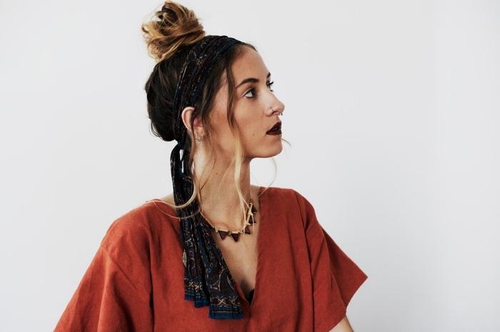 chignon bun haut et flou accessoirisé avec un foulard, coloration tie and dye blond sur cheveux marron foncé