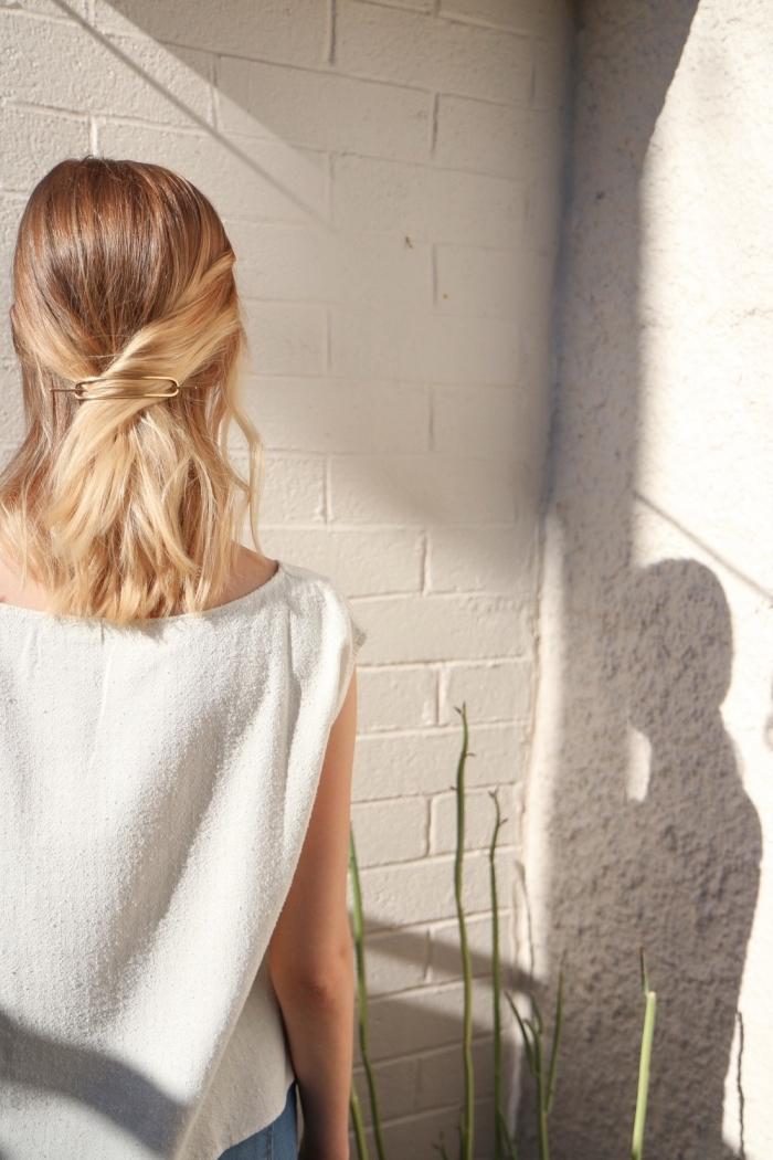 mèches de côté attachées en arrière de la tête avec une une barrette, idée de coiffure simple et rapide de de tous les jours
