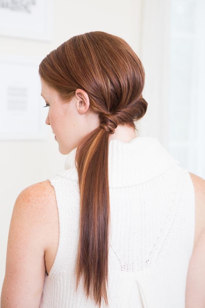 exemple de coiffure facile a faire à partir de mèches de cheveux entortillés, idée coiffure cheveux longs en queue de cheval de coté