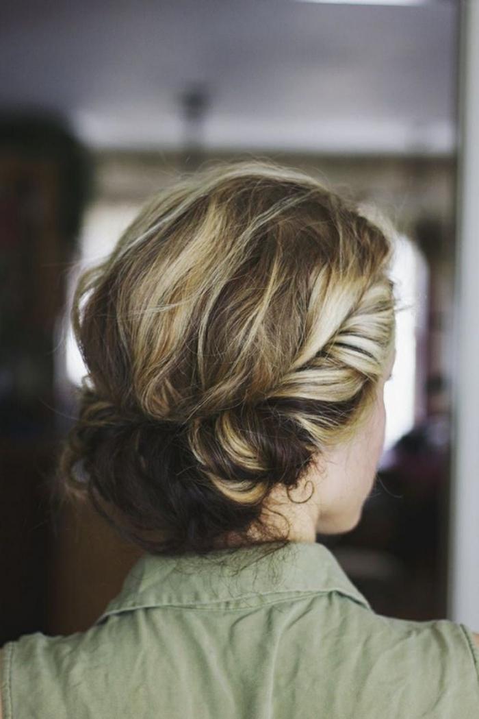 chignon enroulé bas réalisé avec un headband sur cheveux mi-longs, coloration tendance pour cheveux marron