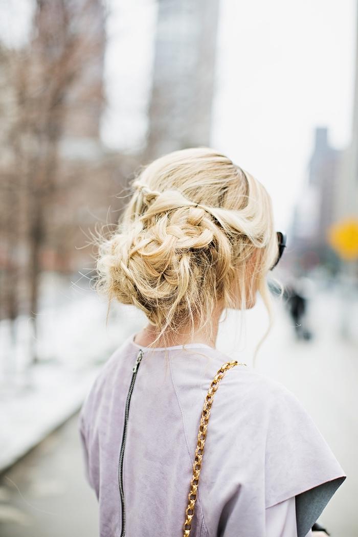 coiffure avec tresse torsadée de style coiffé décoiffé, chignon bas bohème chic sur cheveux longs couleur blond lumineux
