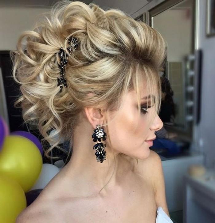 idée de coiffure femme style décoiffé avec des cheveux bouclés en volume et plusieurs mèches libres, coiffure femme cheveux mi longs