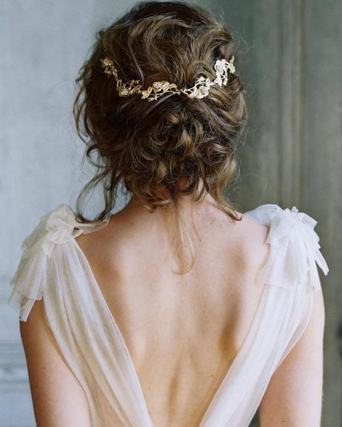 chignon mariée décoiffé sur cheveux longs ondulés orné d'une broche, bijou à cheveux de style bohème chic
