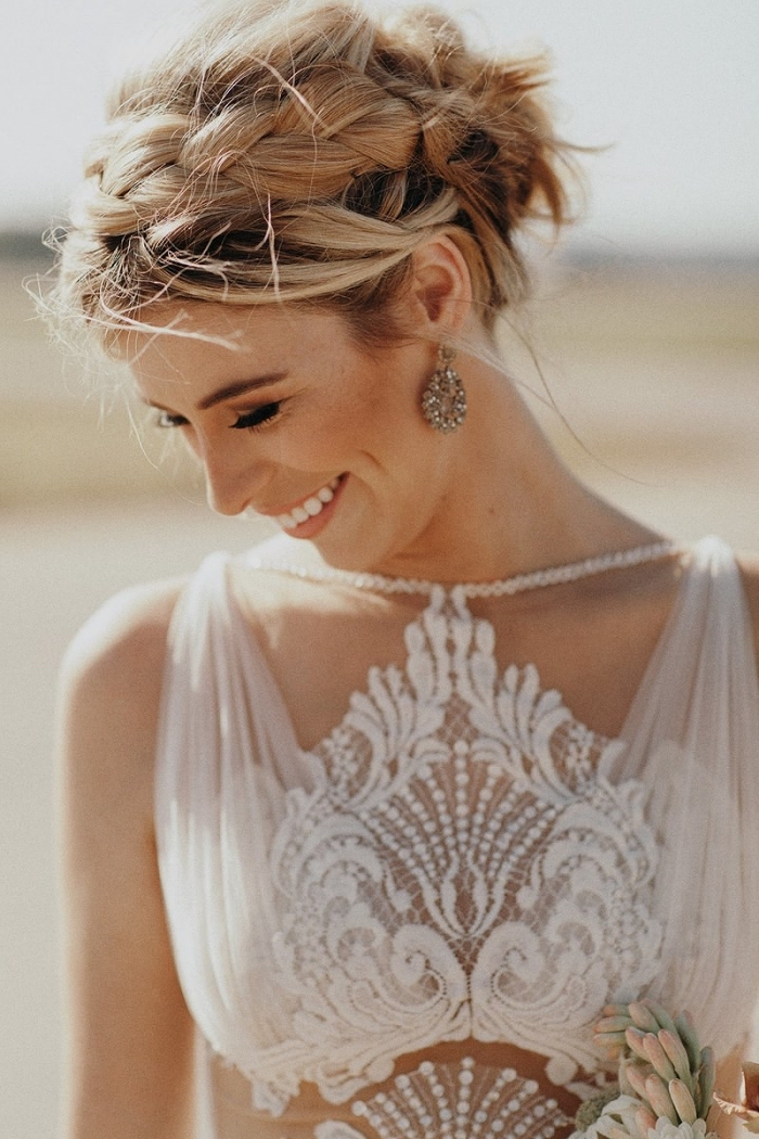 chigon mariée coiffé décoiffé avec tresse de côté, coiffure de mariée romantique bohème chic pour cheveux mi-longs