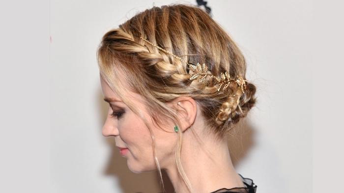 chignon bas torsadé avec petite tresse de côté et un joli bijou à cheveux, coiffure bohème avec tresse