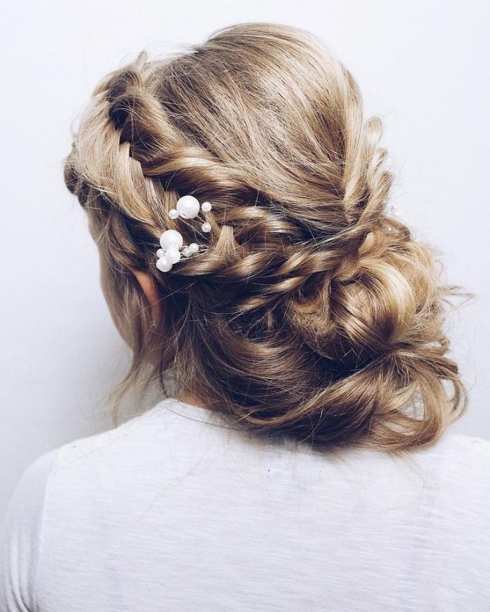 coiffure mariage boheme chic avec chignon volumineux en bas de la nuque et tresse lâche de côté