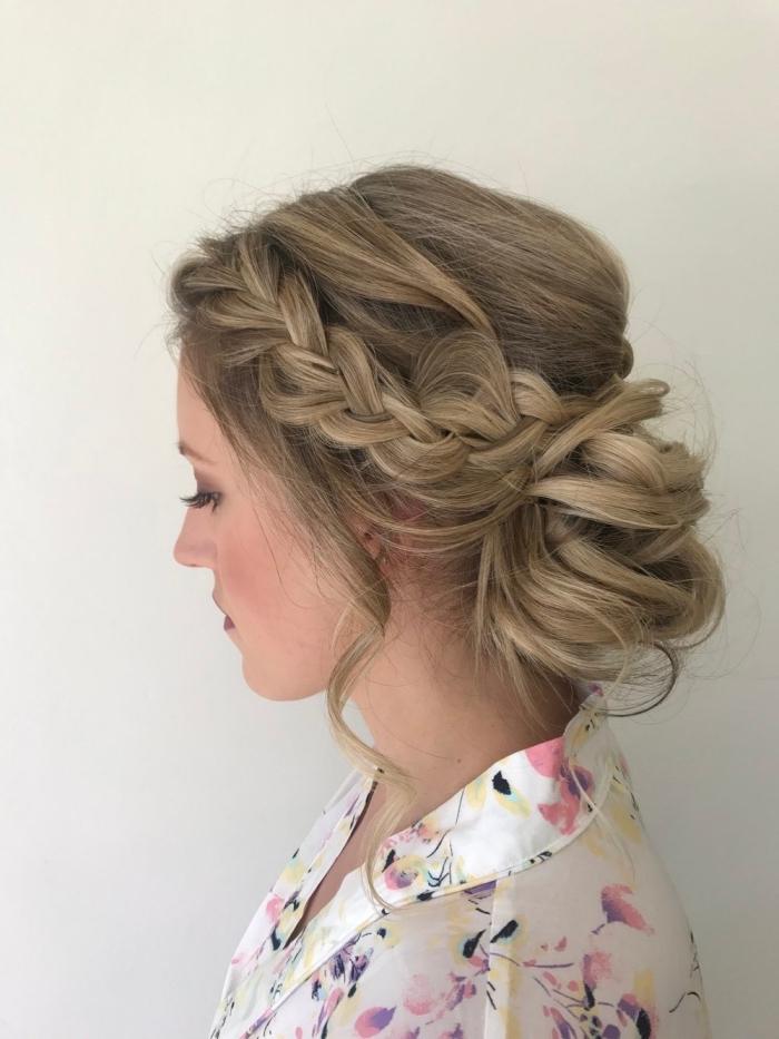 idée de coiffure mariage boheme, chignon bas volumineux avec tresse lâche de côté pour une vision romantique