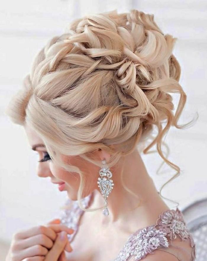 chignon ultra volumineux avec boucles et mèches libres encadrant le visage, idée de coiffure de mariée originale