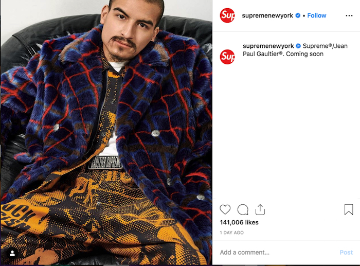 La nouvelle capsule Jean Paul Gaultier x Supreme annonce un pantalon Fuck Racism et un manteau en fausse fourrure rayée