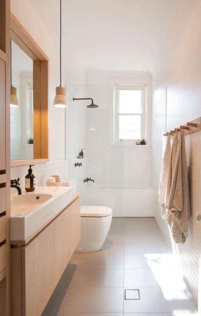 Douche derrière verrière avec baignoire en dessous, idée carrelage salle de bain, moderne salle de bain en bois et blanc