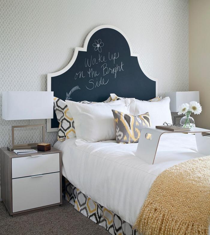 idée quelle tête de lit dans une chambre moderne, exemple de tete de lit originale avec peinture ardoise, plaid jaune avec franges