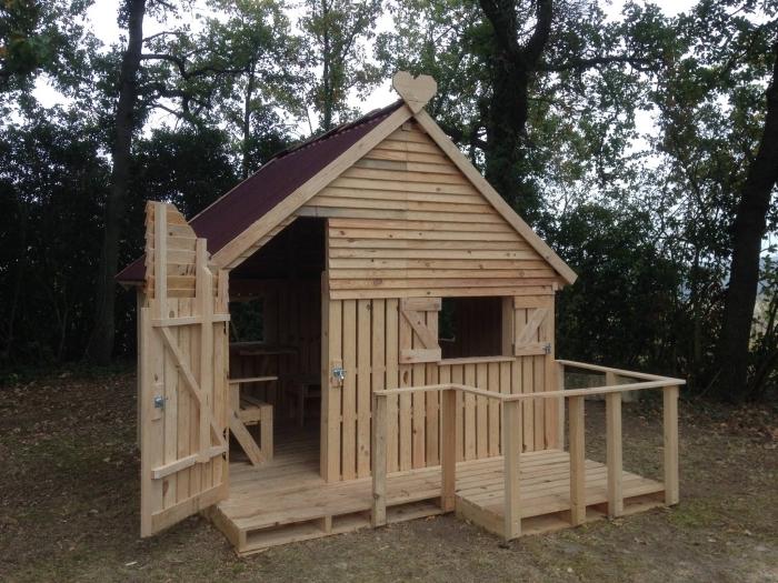 modèle cabane de jardin enfant, modèle de maison en bois avec terrasse bois, idée façade maison en bois jardin