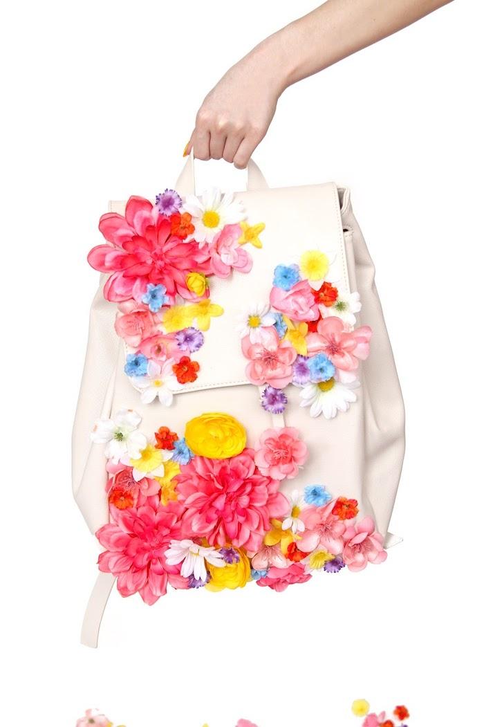 exemple sac à dos cuir blanc personnalisé avec fleurs artificielles, idée cadeau meilleure amie, activité manuelle ado