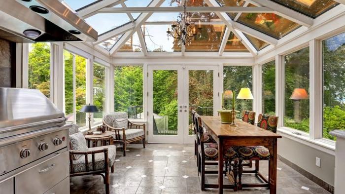 grande véranda, toiture vitrée, veranda cuisine, table de repas, chandelier, aménagement de veranda