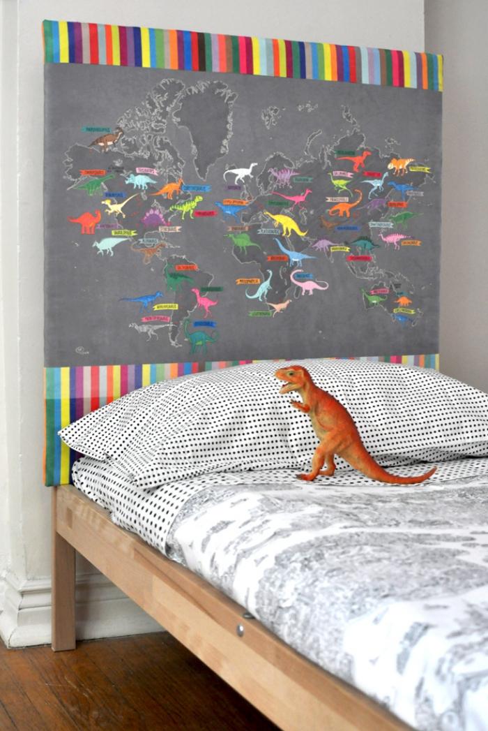 diy tête de lit facile, aménagement petite chambre enfant avec tête de lit à design map du monde, activité manuelle pour chambre ado