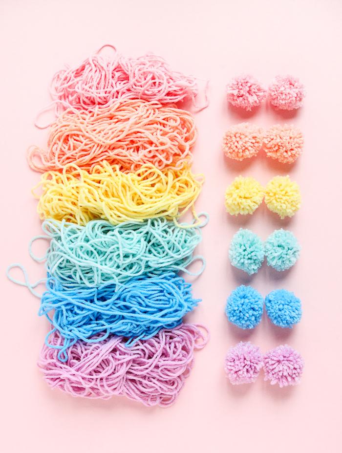 modèle de mini pompons en couleurs pastel, faire des pompons avec appareil, cadeau fête des mères à fabriquer