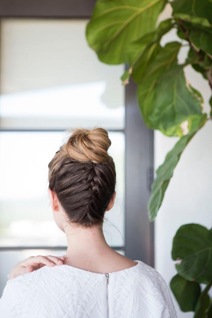 chignon haut et tresse de cheveux tressée en arrière de la tête, modele de coiffure facile cheveux long