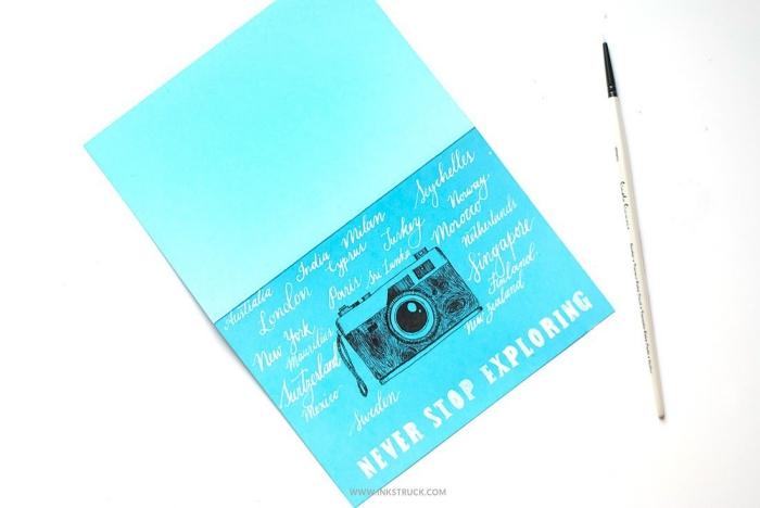 idée pour faire une carte d'anniversaire sur le thème de voyage, dessin appareil photo fait-main accompagné de lettrage manuscrit à l'encre blanc