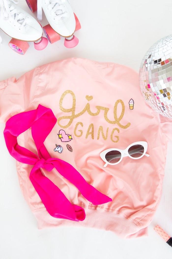 modèle de veste rose pastel décorée avec lettres en or, cadeau original a fabriquer, accessoires mode femme lunettes de soleil et bandana rose fuschia
