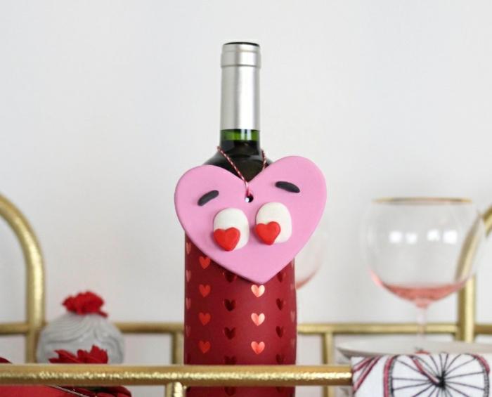 décorer une bouteille de vin avec étiquette diy, pendentif bouteille en forme de coeur en pâte polymère, joli cadeau pour la Saint-Valentin