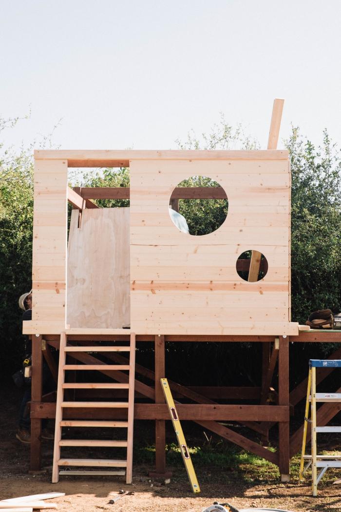 étape de création de cabane pour enfant, faire une maison bois pour le jardin, modèle abri jardin en bois avec échelle