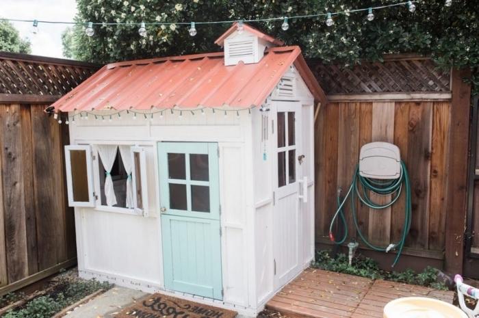 créer un espace de jeu extérieur, idée bricolage bois pour le jardin, modèle de cabane palette aux murs blancs et porte vert pastel