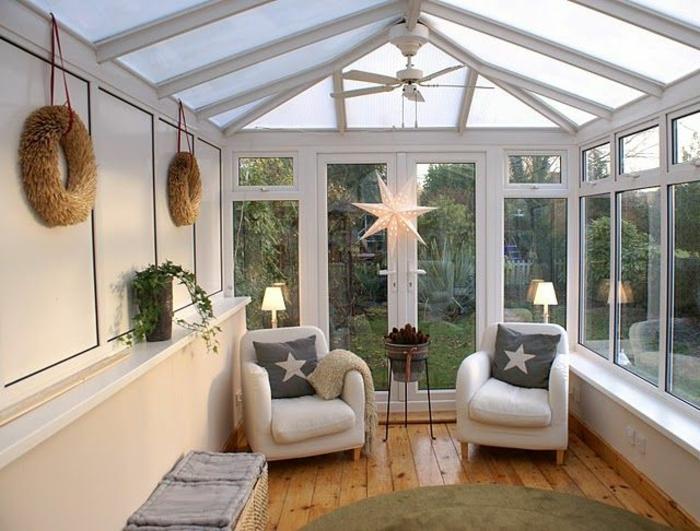 aménagement intérieur de véranda, fauteuils blancs, sol en planches, veranda photo de l'intérieur