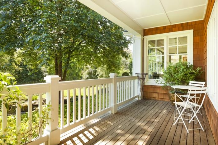 modele de veranda sur terrasse ouverte, terrasse en bois, rambarde blanche, chaises blanches