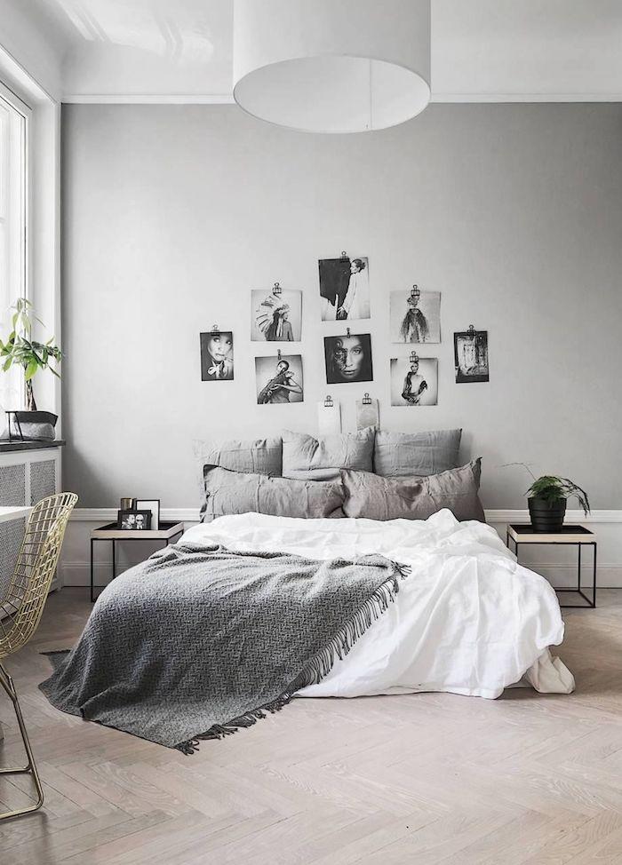 Chambre gris avec galerie de photos sur le mur, lit sans tête, coussins décoratifs, lit avec rangement, astuce rangement chambre, belle chambre à coucher