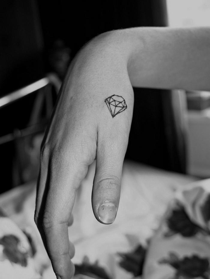 Diamant sur la main minimaliste tatouage main, modele tatouage, les plus beaux tatouages, géométriques lignes dessin de diamant