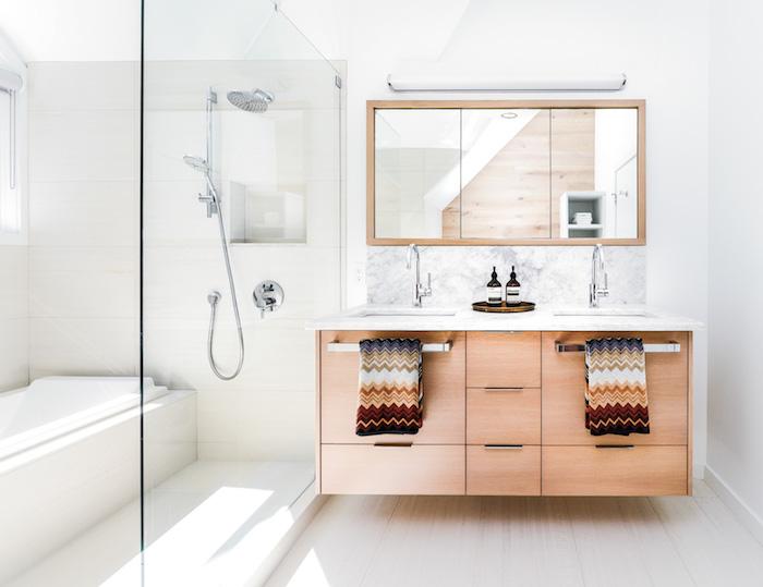 Bois ikea meuble salle de bain blanche et bois, les tendances 2019, douche et lavabo, linge à motif indien