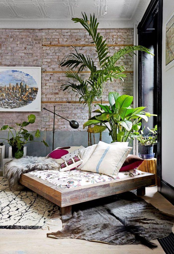 Plantes vertes, pièce style industriel avec déco bohème, dressing ouvert dans la chambre à coucher, astuce rangement chambre, idée rangement vetement