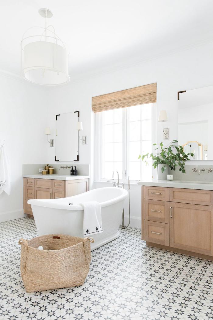 Bois meuble lavabo en deux, salle de bain zen, salle de bain en bois et blanc design 2019, basket de rangement, deux miroirs, plantes vertes