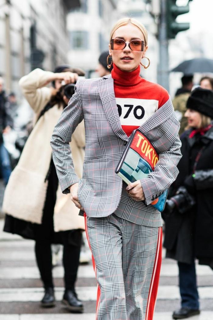 costume gris, carreaux, pantalon chic bandes latérales, créoles dorées, lunettes rouges