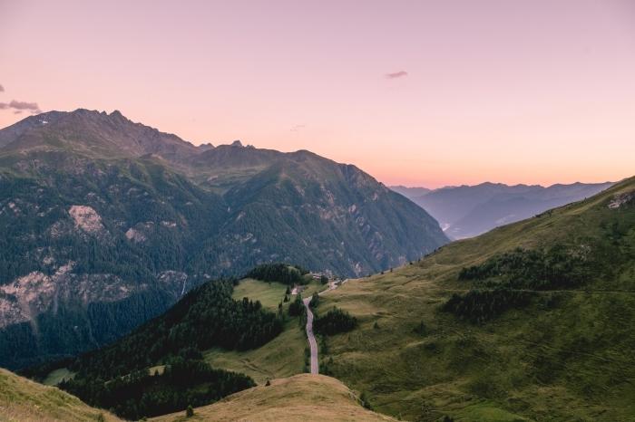 idée fond d écran magnifique, photo de la nature au lever du soleil, paysage naturel dans les montagnes au printemps