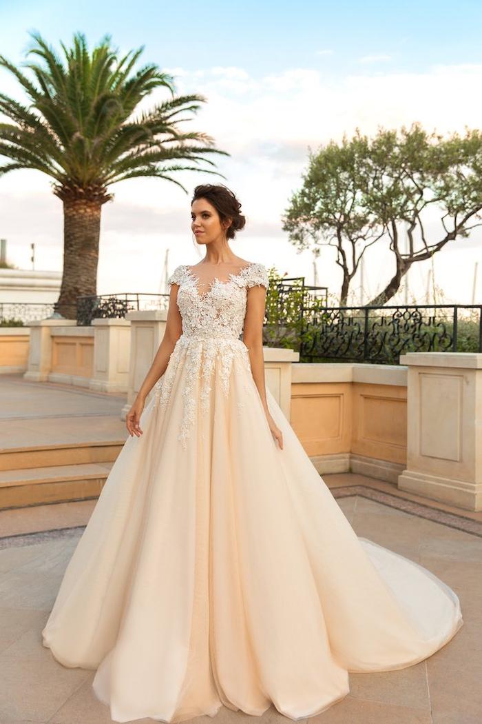 Belle robe de mariée de princesse classique avec dentelle pour le haut et tulle pour la jupe volumineuse, cool idée quelle robe est pour moi