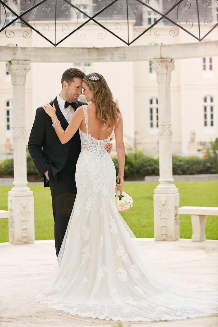 Danse couple amoureux, les jeunes mariés, femme longues cheveux ondulés, robe de mariée de princesse de luxe, choix de modèle de robe pour mariage