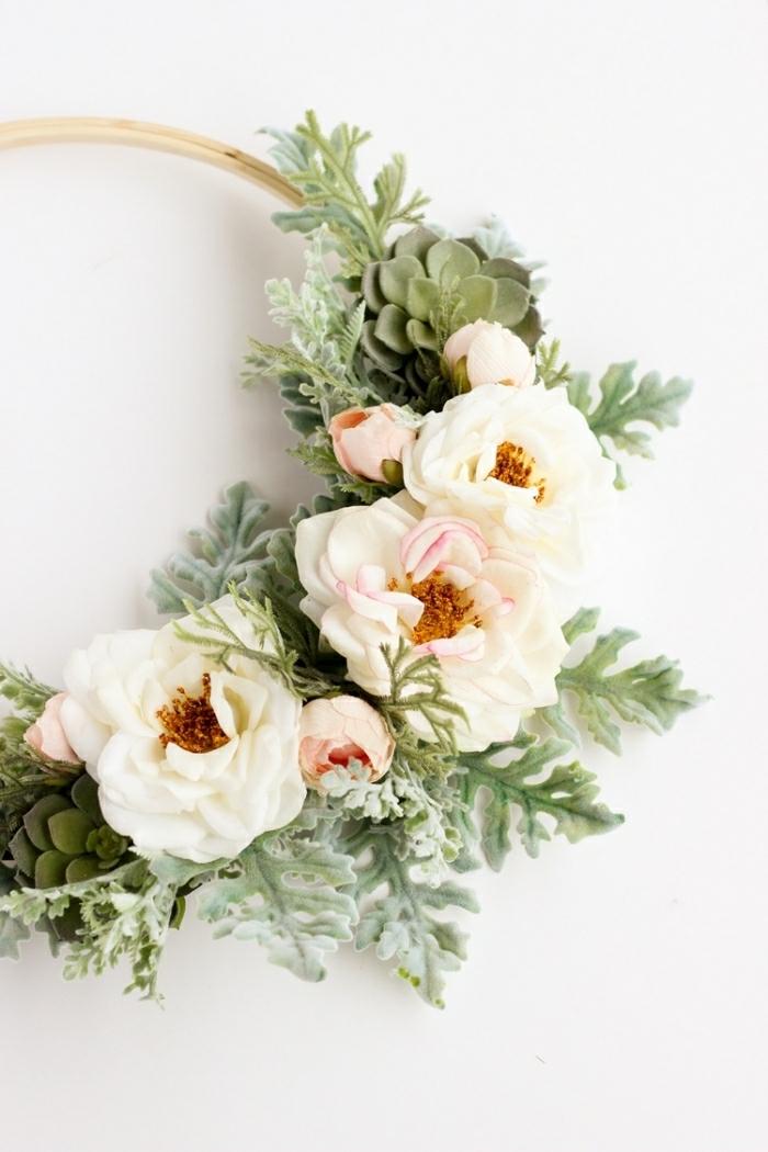 décoration murale chambre, succulentes, roses pastels et feuillage vert attachés à un cerceau