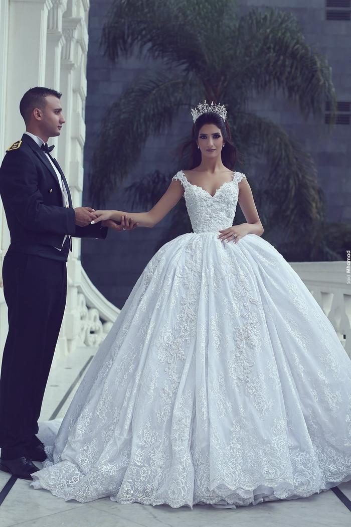 La noblesse, couronne sur les cheveux, grande robe princesse, homme en costume avec papillon, robe de mariée princesse dentelle, choisir sa robe par sa morphologie