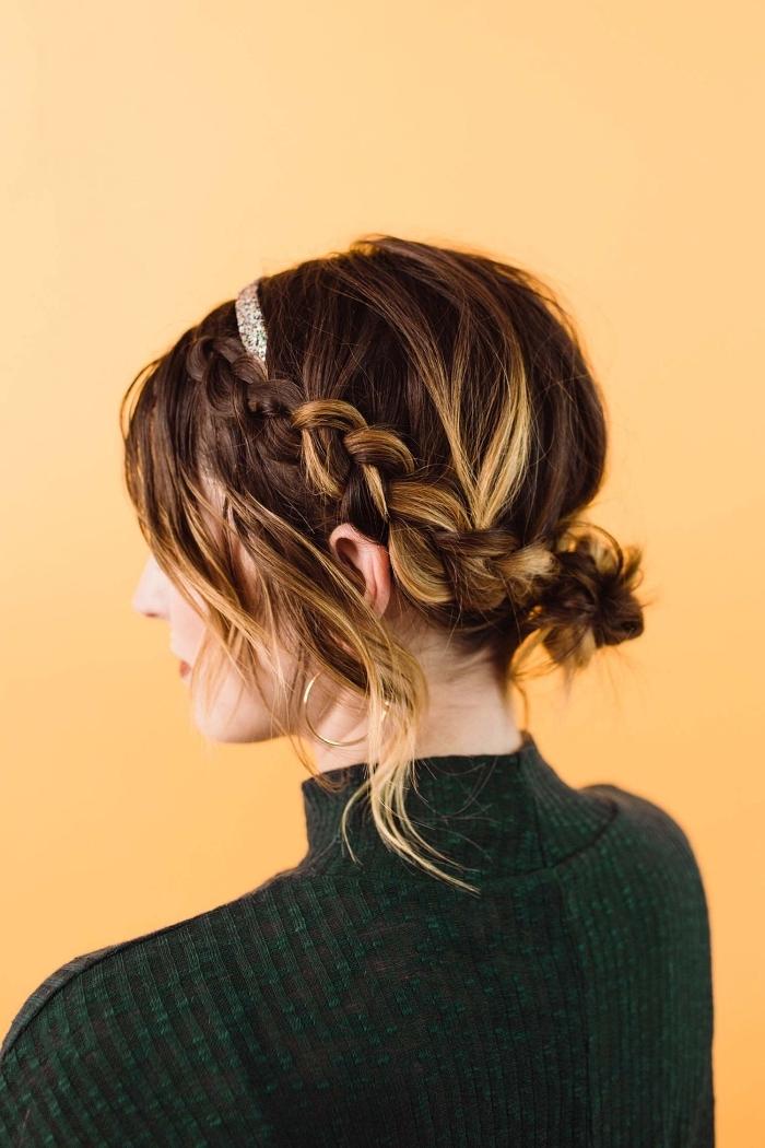 coiffure facile et rapide pour l'été, chignon avec tresse accompagné d'un headband sur ombré hair cheveux mi-long