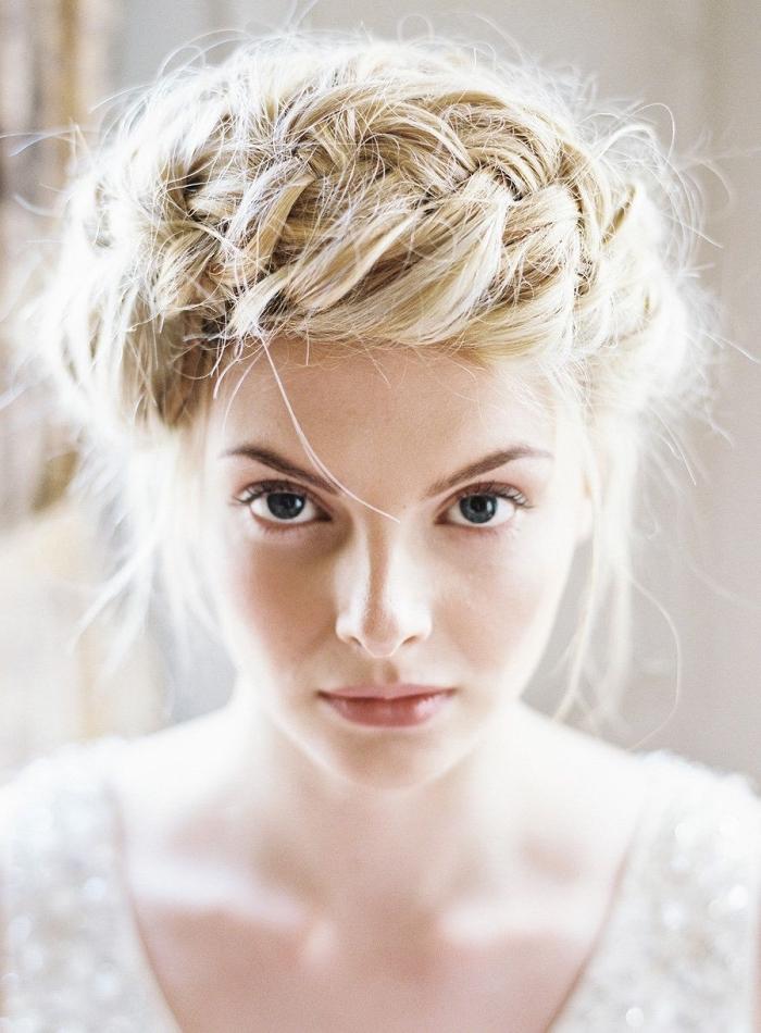 coiffure mariage boheme avec couronne de tresse floué sur cheveux longs, coiffure de mariée tendance avec tresse
