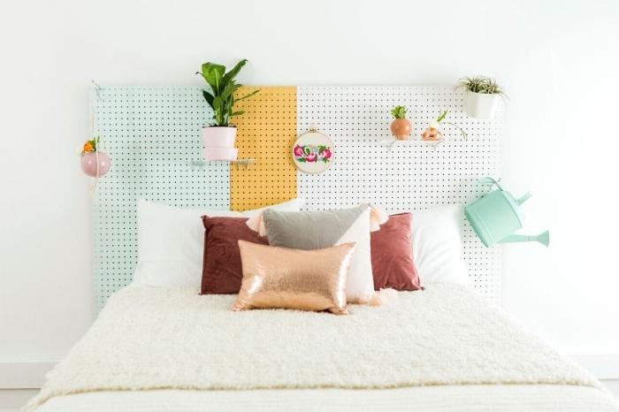 modèle tete de lit fait maison, décoration chambre à coucher blanche, diy tete de lit avec rangement crochets